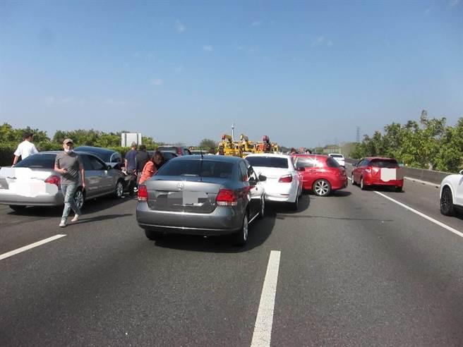 國道1號北上222.2公里處8車撞成一團。(民眾提供/吳敏菁彰化傳真)