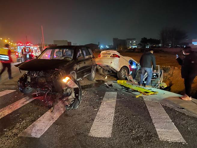 苗栗縣苑裡鎮新復里慈航生命中心前路口,發生2車對撞,造成6人受傷。(苗栗縣消防局提供/謝明俊苗栗傳真)