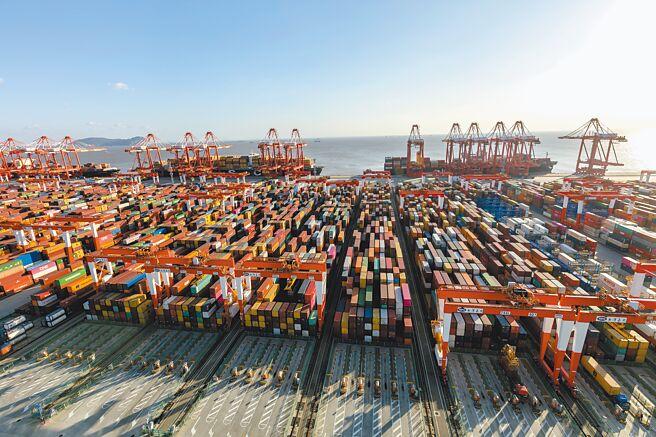 羅思義最近替大陸「觀察者網」撰寫題為《中國與南方國家增加互動》的長文,表示不少評論宣稱,2020年是大變革的一年,世界上大多數人都會開始將中國視為新的國際領導者,美國的重要性必然下降,中國正在快速取代美國,成為世界頭號強國。圖為上海洋山港貨櫃碼頭。(新華社)