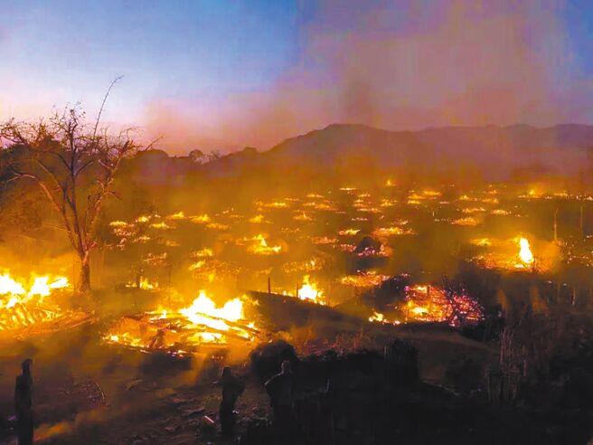 2月15日,超過400年歷史的雲南佤族翁丁村古村落發生火災,火勢持續蔓延,活遺產幾乎全毀。(摘自搜狐網)