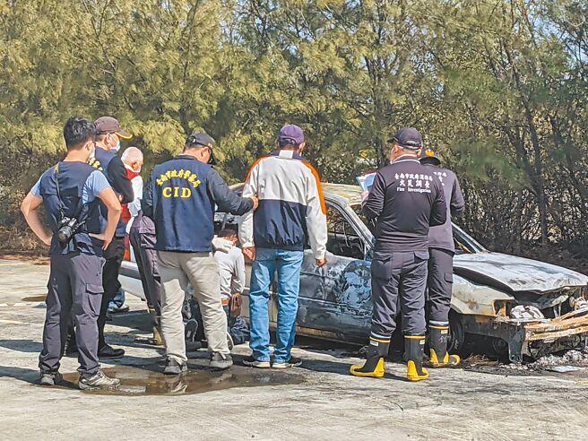 台南市七股區15日發生的火燒車事件,疑似是64歲的王姓男子帶著高齡81歲的母親輕生,家屬前來認屍時,痛哭失聲。(莊曜聰攝)