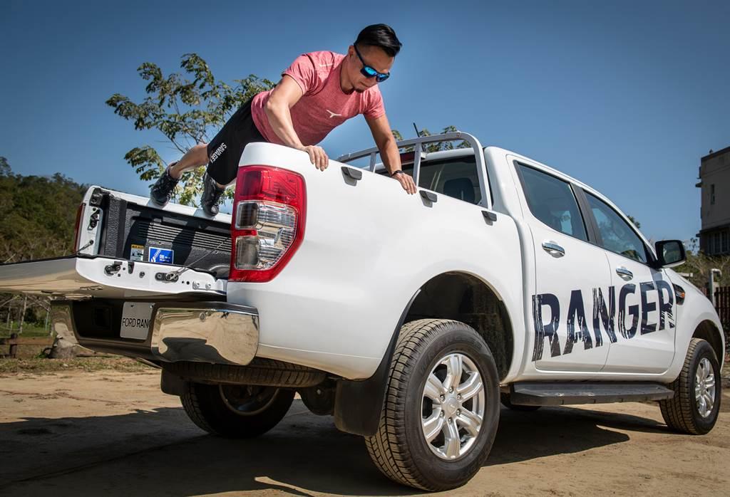 Ford Ranger後斗兩邊的車身鈑件,是伏地挺身最佳的支撐點,對於全身雕塑線條有莫大的幫助。