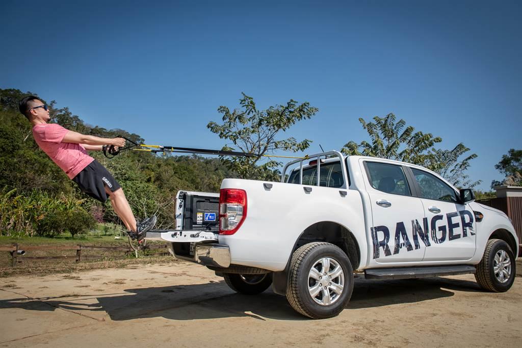Ford Ranger職人型/全能型配有車身同色金屬頭立式格柵貨架,可在後斗上執行目前當紅的TRX阻抗訓練。