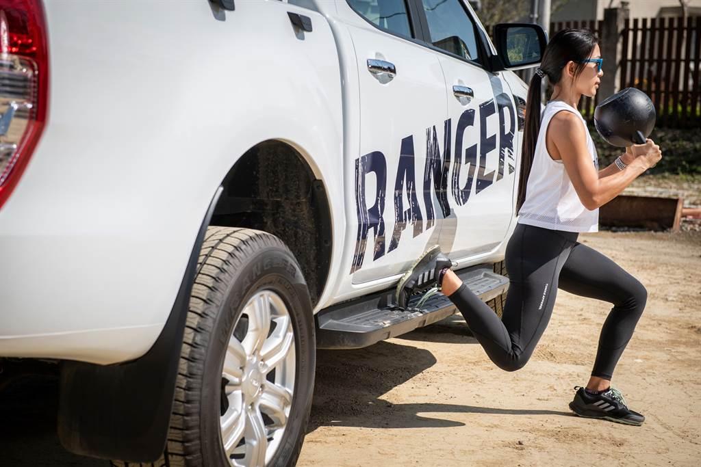 Ford Ranger車側的踏板也能夠作為保加利亞分腿蹲的輔助,教練建議搭配壺鈴效果倍增。