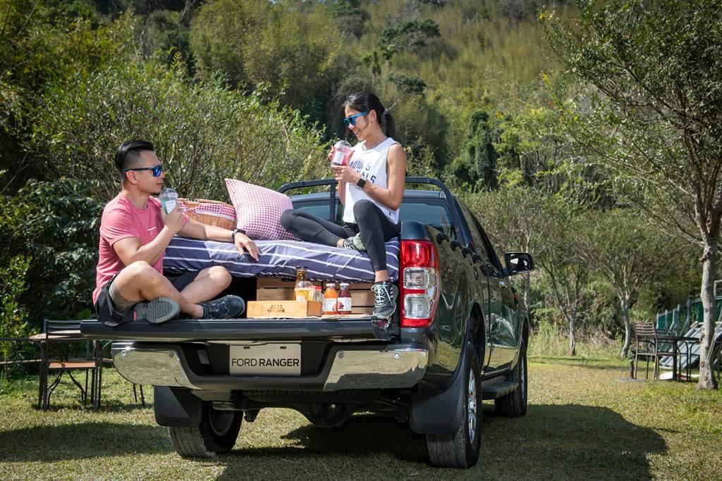 Ford Ranger 後斗空間不僅能夠載貨,搭配氣墊床的使用更是新型態露營、野餐的首選。