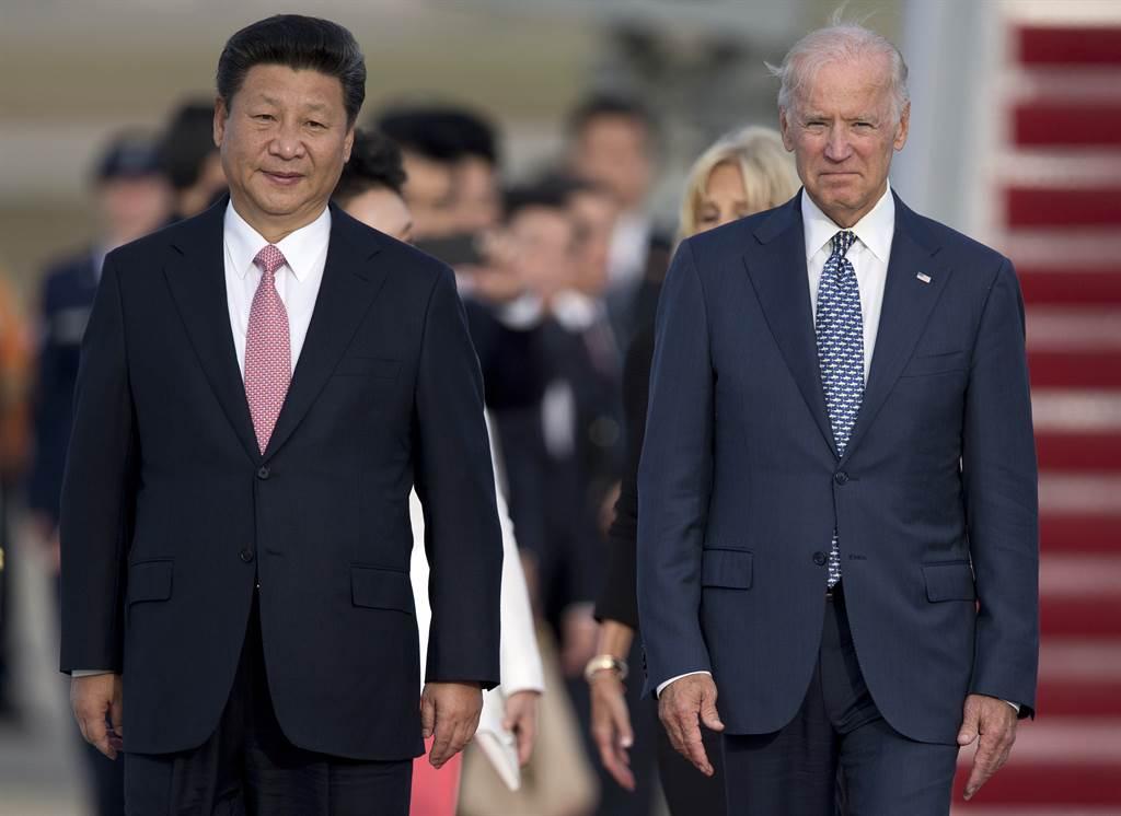 美媒认为,虽然拜登政府对陆团队中不乏同样对陆强硬的成员,但整个拜登政府中多数成员过去与陆关系密切,未来使否口径一致会对陆强硬仍是未知数。图为时任美国副总统的拜登,于2015年9月时接待中国大陆习近平访美。(美联社资料照)(photo:ChinaTimes)