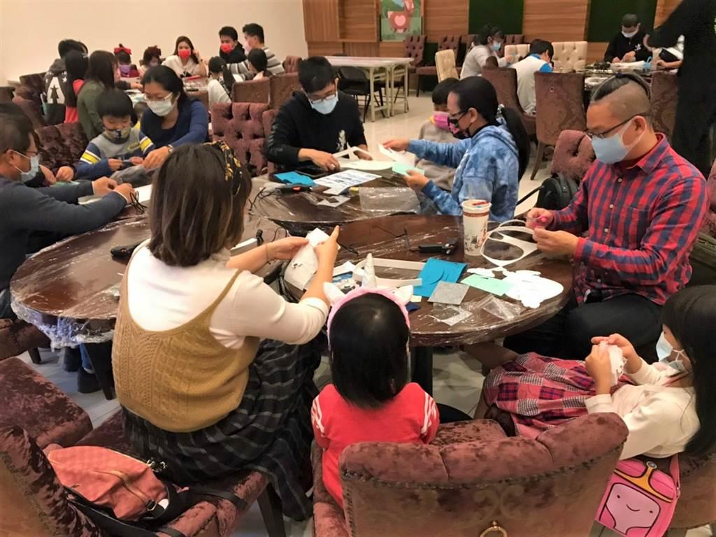 台中海線造鎮大案「遠雄之星」系列案,舉辦新春賞屋活動,短短4天將近300組親子家庭客參與。(葉思含攝)