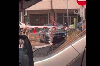 停車場辨識卡關 賓士妹拆車牌求入場 內行曝解法