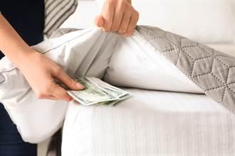 尪偷藏年終當私房錢 人妻曬棉被一抖 13萬鈔票全飛了