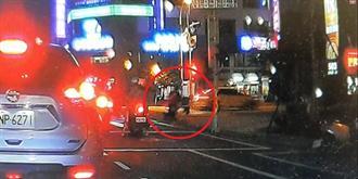 男大生遊台南無辜捲街頭追殺 3貼助逃驚悚跳車畫面曝光