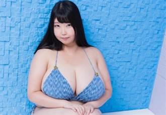 27歲女星M級巨胸比頭大爆紅 剪指甲得先脫光掰開雙球