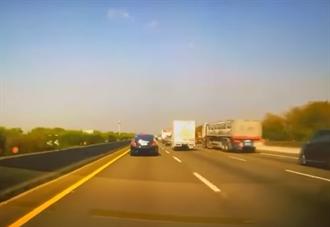 駕駛才讚「勞斯萊斯很貴要閃」 下秒撞爆車尾天價維修費曝光