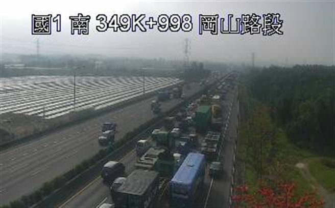 國道1號南向351.5K、岡山路段,今天(17日)上午8時39分發生9小客車追撞交通事故,目前警方已在現場處理。(圖/翻攝自高公局1968即時影像)
