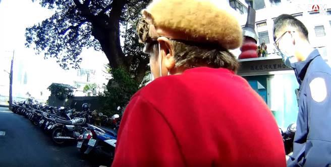 員警憑藉著阿婆一句「榕樹公」,幫忙找到回家的路。(民眾提供/盧金足台中傳真)