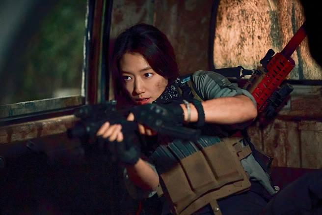 朴信惠在劇中飾演強悍女戰士。(Netflix提供)