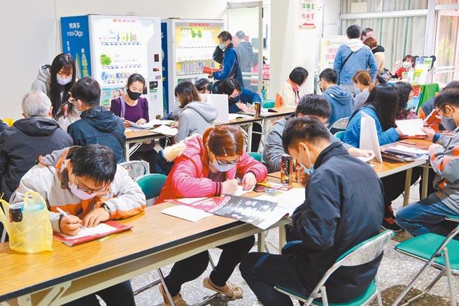年後想換工作嗎?台南市政府在農曆春節後,分別在永康、新營、新市、西港等地舉辦共5場徵才活動,提供超過2300個工作機會。(台南市政府勞工局提供/莊曜聰台南傳真)