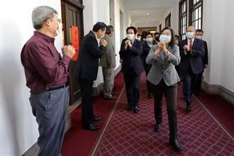 正副總統總統府拜年巧遇民眾  即興當導覽志工