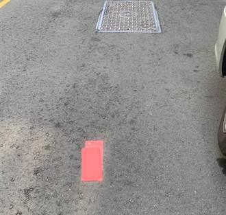 2個紅包掉在路中央 男靠近一看超傻眼:撿不起來