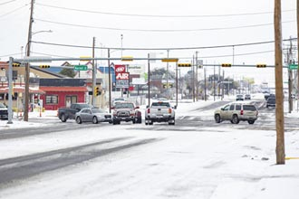 暴風雪強襲 美車廠冷到打顫