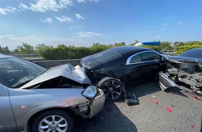 年假發生國道車禍,勞斯萊斯遭前後夾殺車體毀損。(圖/翻攝自爆廢公社公開版)