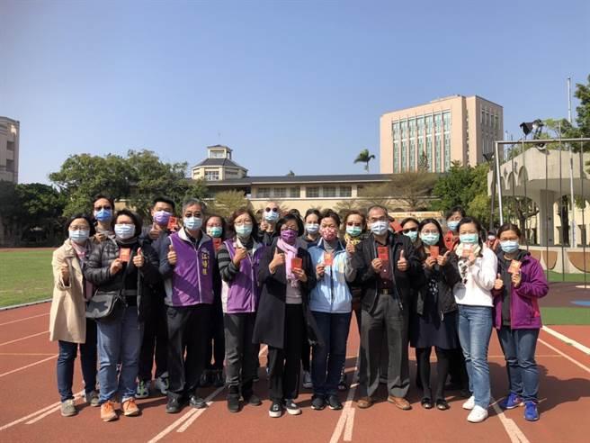 彰化縣長王惠美(左五)至彰化中山國小關心防疫整備工作。(謝瓊雲攝)