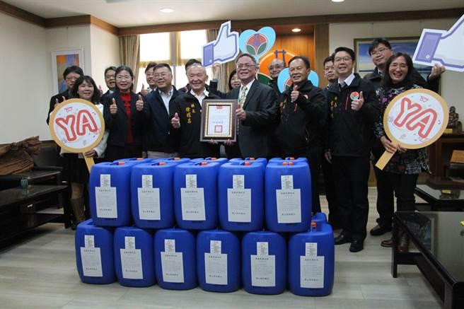 長春石化18日捐贈200桶高濃度消毒用漂白水,挹注145所國中小學校園防疫重要物質,協助校園防疫工作。(何冠嫻攝)