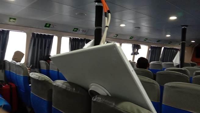 民眾搭乘客輪從蘭嶼往台東富岡途中,遇到8級風浪,船身產生劇烈搖晃,船艙內1塊大型天花板竟突然掉落,差點就砸中小孩。(劉姓乘客提供/蔡旻妤台東傳真)