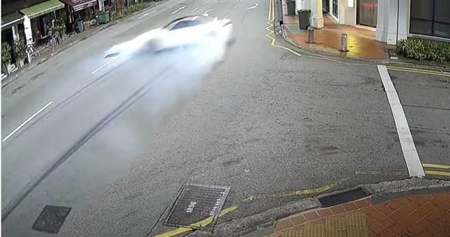 白色BMW轿车车速相当快,在路上蛇行后,猛力撞进建物中。(图/翻摄自CP Network3 Youtube)