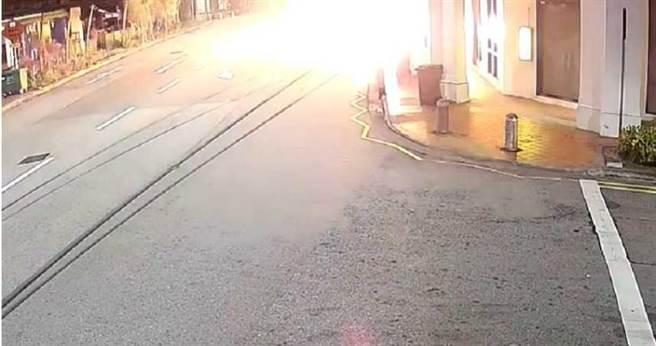 过了几秒,车身突然起火。(图/翻摄自CP Network3 Youtube)