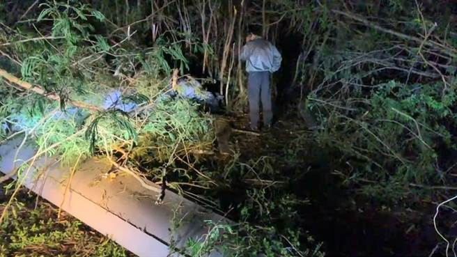 台東市活水湖附近18日晚間傳出火警,疑似是軍方大型無人機墜落引發,軍方趕抵現場但不願受訪。(蔡旻妤攝)