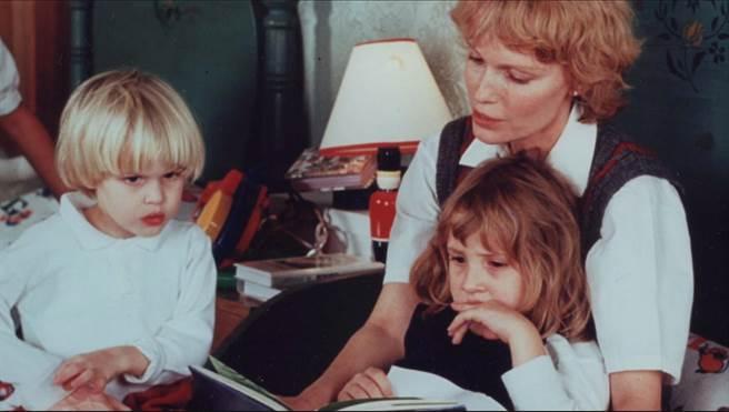 《伍迪艾倫父女之戰》深入探討伍迪艾倫醜聞,米亞法蘿(中)與兒子羅南(左)、女兒荻倫(右)。(HBO提供)