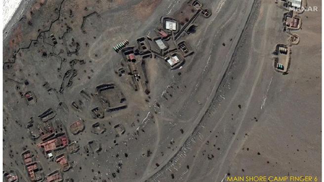 網路最新曝光的一組據稱由美國衛星拍攝的中印撤軍對比畫面顯示,班公湖旁的關鍵區域構築了營地與防禦工事。圖為營地與防禦工事拆除前的衛星照。(圖/微博)