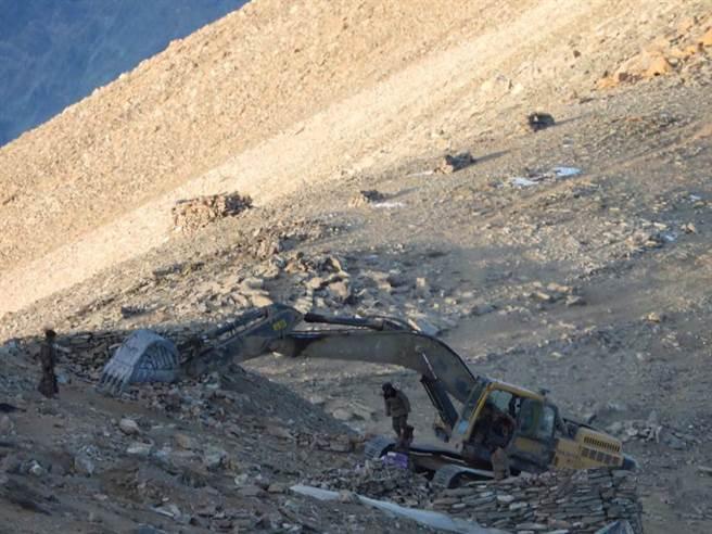 從印軍提供給電視台的視頻中可以看到,中方拆除營地工事是以大型挖土機直接挖除。(圖/推特@Shiv Aroor)
