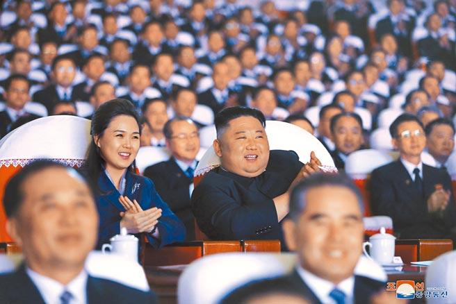 北韓領袖金正恩(中右)於16日金正日79歲冥壽當天,偕久未現身的夫人李雪主(中左)出席平壤萬壽台藝術劇場觀看紀念演出。李雪主此前已有一年一個月未公開露面。(美聯社)