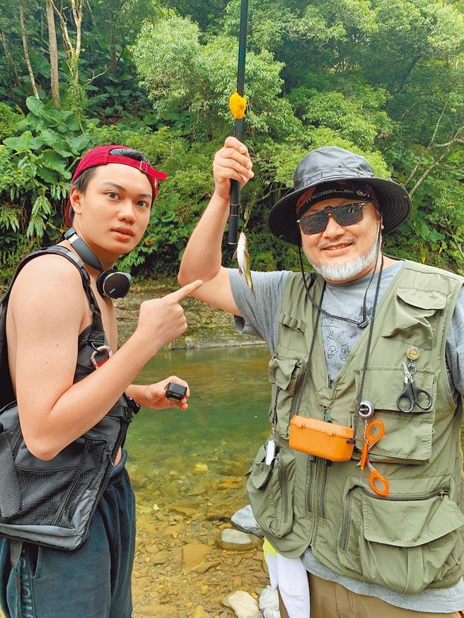 劉子銓(左)與劉亮佐父子倆一同釣魚。(劉亮佐提供)