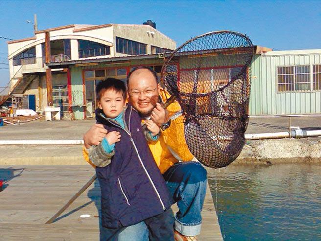 劉亮佐(右)從前就帶著劉子銓體驗釣魚樂趣。(劉亮佐提供)