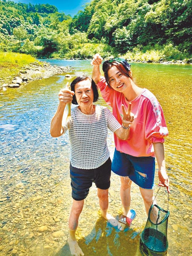 趙小僑(右)與劉亮佐母親在大自然放鬆身心。(劉亮佐提供)