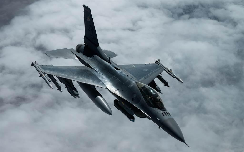美國空軍F-16戰機2020年11月30日在美軍中央司令部(U.S. Central Command)防區飛行的畫面。(美國空軍)