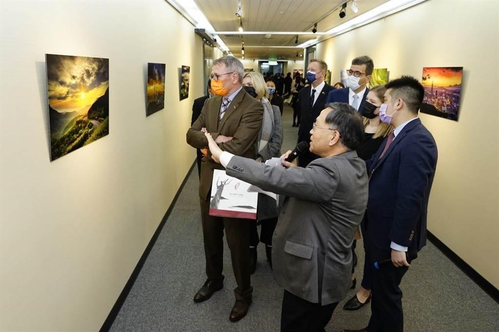 台北市政府11樓市長柯文哲辦公室外的走廊,在市長辦公室主任謝明珠的巧手下,為單調的走廊增添光彩,甚至還有不同的駐台使節慕名而來。(台北市政府提供/游念育台北傳真)