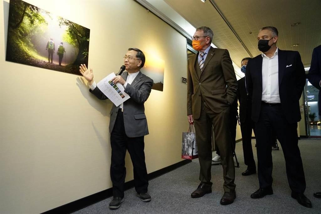 台北市副市長蔡炳坤也依依介紹每幅攝影作品,變身成外國大使的導覽員。(台北市政府提供/游念育台北傳真)