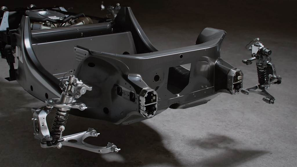 Artura懸吊系統的前上A臂安裝在碳纖維硬殼單體上,而下A臂則安裝在鋁製防撞副框架上。後副車架用螺栓固定在單體殼上,電池下方的碳纖維地板將下橫梁橫向橫貫整個車輛,確保所需的扭轉剛度並優化了後車架的重量。後框架下部的長度比之前縮短,以適應新型後擴散器,以及後懸吊新的下多連桿叉骨的幾何形狀。