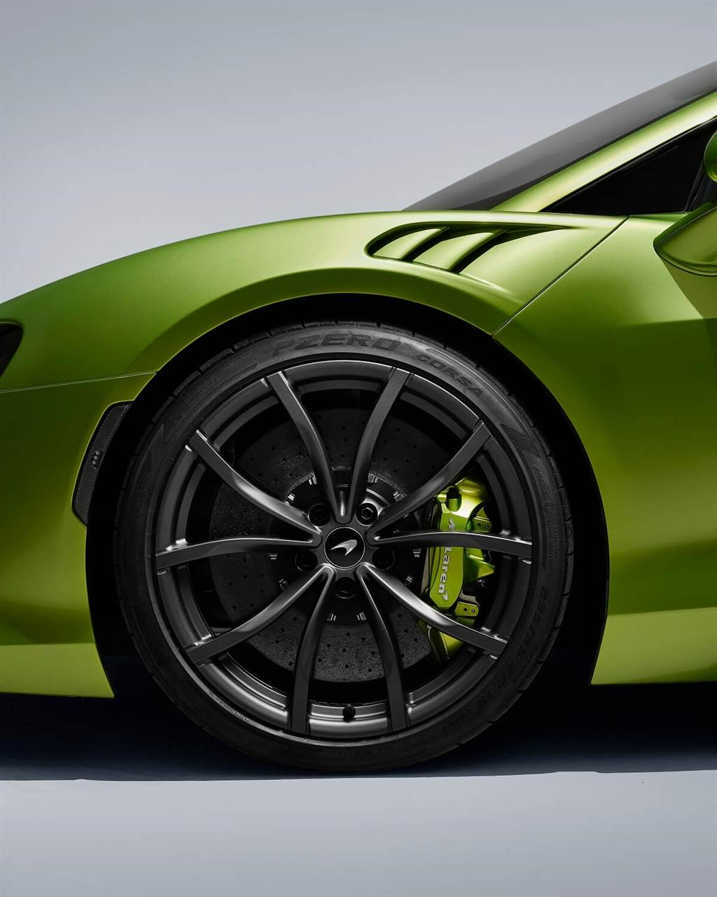 McLaren的輪胎合作夥伴Pirelli推出了三款定制輪胎(標配的標準型P-ZERO、賽道適用的P-ZER CORSA,以及P-ZERO WINTER冬季胎),其均標有「MC-C」,表示是為McLaren量身定制的新型Pirelli Cyber Tyre。其中創新的Pirelli Cyber Tyre系統可集成到車輛電控系統(包含不同的駕駛模式與動態穩定控制),而每個輪胎中都有一個電子芯片,並根據輪胎的具體情況生成即時數據流,該數據流再中繼到McLaren Artura的控制系統中以提供最佳輪胎性能。