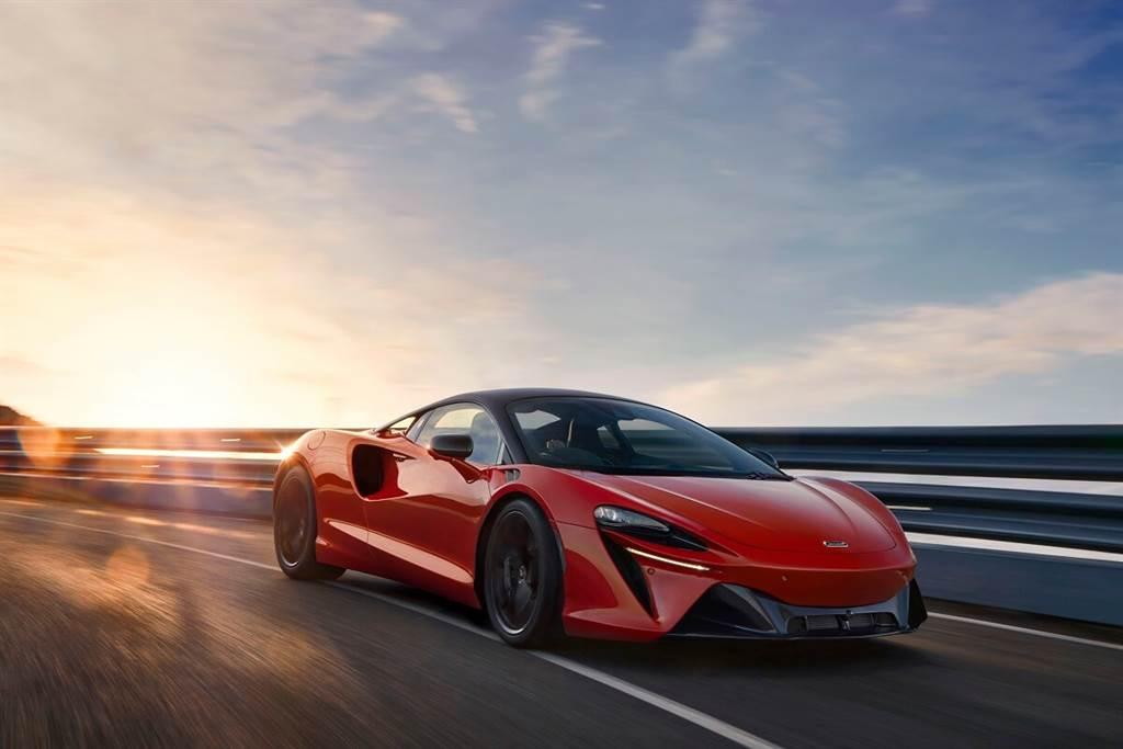 McLaren Artura配備了定制的制動助力器和電動真空泵,以確保無論是依靠內燃引擎還是僅依靠電力運行,煞車踏板回饋感都保持一致。由於引擎可以提供充足的充電,因此沒有配置制動系統再生電能的功能,這也可以確保煞車踏板的回饋感覺完全一致。