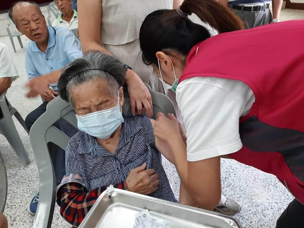 忽冷忽熱是流感好發期,苗栗縣截至2月19日尚有流感疫苗,民眾可持健保卡前往83家流感疫苗合約醫療院所及衛生所接種。(大湖鄉衛生所提供/巫靜婷苗栗傳真)
