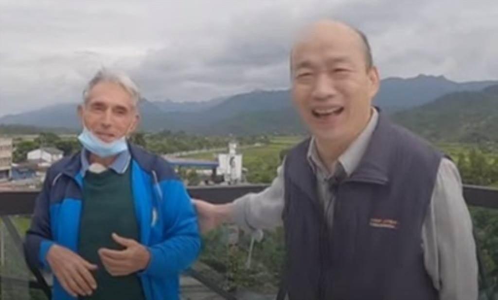 前高雄市長韓國瑜(右)和民眾話家常。(翻攝YouTube韓國瑜官方頻道)