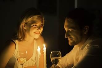 天兵男友用祭祀燭台佈置燭光晚餐 眾人傻問:女友還在嗎?