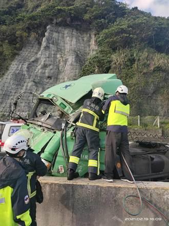 貨櫃車濱海公路貢寮段翻車 車頭撞爛駕駛送醫不治