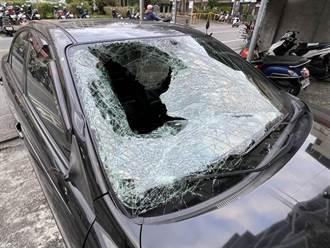 轿车时速近百撞路人 1人摔进副驾亡 1人卡50米外圳沟死