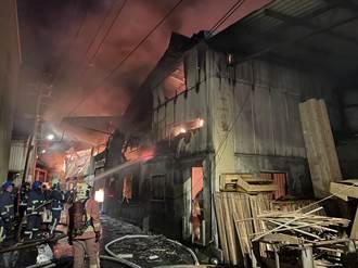 樹林鐵皮家具工廠起火 延燒多棟廠房已控制火勢