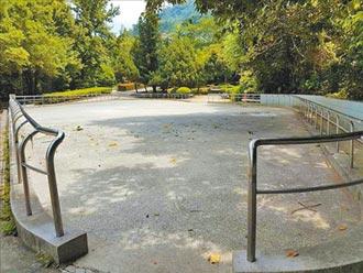 公园溜冰场玩蛇板 撞伤民眾骨折